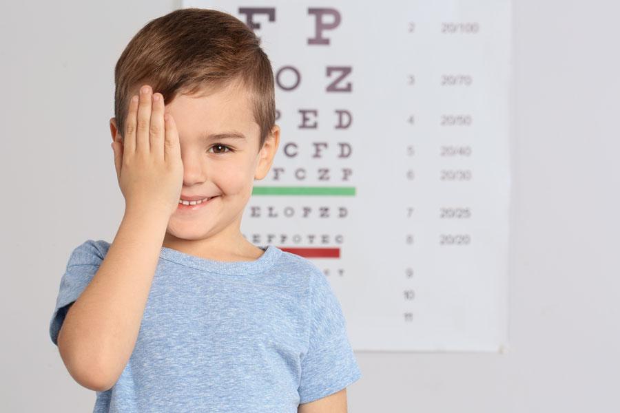 Junge beim Augenarzt Leipzig